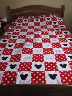 Disney quilt--I'm thinking you could take the white squares to the park and have the characters sign with a fabric pen. for a baby or toddler Disney Diy, Disney Crafts, Disney Autograph Ideas, Autograph Books, Mickey Mouse Quilt, Minnie Mouse, Quilting Projects, Sewing Projects, Disney Quilt