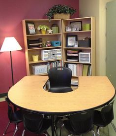 Great classroom set up - Love this guided reading/teacher desk area with the bookshelves as #Desk Layout  http://desklayoutideas108.blogspot.com