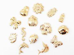 DOMID03 Dije troquelado 3D a granel en chapa de oro 14k, mas de 15 modelos, ideal para semanario o pulseras, la cantidad de dijes x cada gramo puede variar de 5 a 6 piezas, precio x gramo $3.6 pesos, precio medio mayoreo (100 gramos)$3.4, precio mayoreo (250 gramos)$3.2, precio VIP(500 gramos) $3