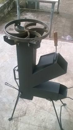 Discover thousands of images about cocina cohete/rocket stove-para disco arado- chapa bifera Rocket Stove Design, Diy Rocket Stove, Rocket Mass Heater, Rocket Stoves, Stove Heater, Stove Oven, Metal Projects, Welding Projects, Jet Stove