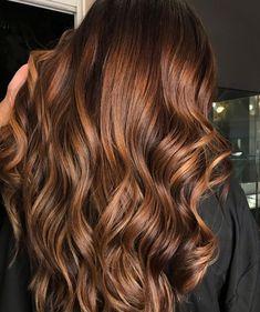 Cabelos iluminados: 15 ideias para você clarear delicadamente os fios Chestnut Brown Hair, Honey Brown Hair, Red Brown Hair, Burgundy Hair, Light Brown Hair, Brown Hair Colors, Balayage Hair Caramel, Brown Hair Balayage, Caramel Hair