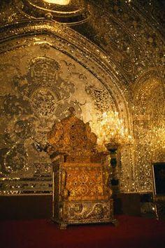 Trono Naderi, Persia - Realizado en madera, y cubierto de oro con 26733 joyas incrustadas. Fue confeccionado durante la era de la Dinastía Qajar.