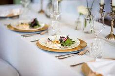 Tolle Ideen und Inspirationen für Deine Schlosshochzeit mitten in NRW: Diese außergewöhnliche Hochzeitslocation bietet alles, was Braut und Bräutigam sich wünschen können. Eine freie Trauung im Schlosspark, Prunksäle, die Eure Hochzeitstorte, die Hochzeitsdeko und Tischdeko unvergesslich in Szene setzen und natürlich die Schönheit des Brautkleides unterstreichen. Als Krönung fährt die Braut in einer Hochzeitskutsche vor Foto: Luzy Amor #Schlosshochzeit Wedding Fotografie, Catering, Table Settings, Bride Lingerie, Scene, Wedding Cakes, Catering Business, Gastronomia, Place Settings