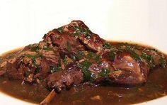Coniglio ai funghi e vino - Ricetta per preparare il coniglio con funghi e vino, un saporito piatto adatto al pranzo domenicale, da servire con lo stesso vino usato nella preparazione, che deve essere di ottima qualità
