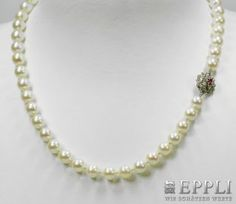 cultured pearls with Buckle, WG 18 K, Description with Rubin. Bead diameter: about 8 - 8,3 mm. * Leg. 750/000 Starting price: € 200.00
