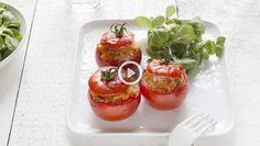 Gevulde tomaten zijn een heerlijkheid op zich, maar ook als bijgerecht op pakweg een barbecue-avond mogen ze niet ontbreken. Met kant-en-klare taboulé ...