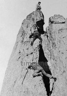 Bergsteiger auf dem Montblanc, 1908 Timeline Classics/Timeline Images #Mont #Blanc #Climbing #Klettern #Berge #Bergsteigen