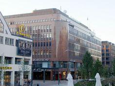 The Granite House, and an angle of Tennis Palace, in Helsinki Kamppi - Graniittitalo on Salomonkadun varrella Tennispalatsin ja hotelli Presidentin välissä.Sen vieressä on vuonna 2005 avattu Kampin keskus.Talon ovat suunnitelleet Heikki ja Kaija Siren ja se valmistui vuonna 1982.Tiloissa on Anttilan tavaratalo, useita erikoisliikkeitä ja yritysten toimitiloja.