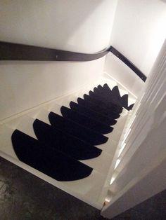 Svarta trappsteg på Vitmålad trappa