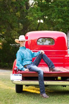 39 ideas truck photography ideas country boys for 2019 Country Senior Pictures, Male Senior Pictures, Boy Poses, Male Poses, Senior Portrait Photography, Senior Portraits, Cute Country Boys, Country Man, Best Guitar Players
