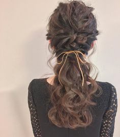 結婚式や二次会など、お呼ばれの時にはヘアスタイルに悩むもの。セルフで出来るヘアアレンジを知っていれば便利です。そこで、自分で出来る簡単で華やかなお呼ばれヘアアレンジをご紹介します。 Cute Curly Hairstyles, Girl Hairstyles, Front Hair Styles, Curly Hair Styles, Hair Arrange, Hair Setting, Japanese Hairstyle, Long Hair With Bangs, Aesthetic Hair