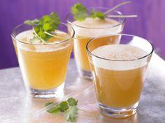 Gelungene Mischung aus feiner Süße und leichter Schärfe: Aprikosen-Ingwer-Schorle - mit Koriander - smarter - Kalorien: 96 Kcal - Zeit: 5 Min. | eatsmarter.de