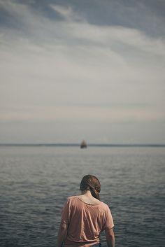 Ella önündeki denize baktı. Dalgasızdı, yavaş bir şekilde hareket ediyordu. Tıpkı onun görünümü gibi. Ancak belki denizin de derinliklerinde fırtınalar kopuyordu; tıpkı onun içindeki fırtınalar gibi...