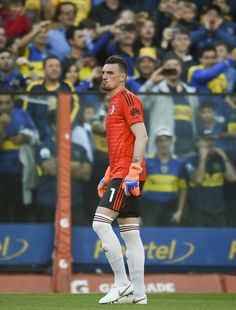 Franco Armani Photos - Franco Armani of River Plate looks on before a match between Boca Juniors and River Plate as part of Superliga at Estadio Alberto J. Armando on September 2018 in Buenos Aires, Argentina. Sports Football, Football Players, Soccer, Goalkeeper, Plates, Carp, Sports News, Random, Ideal House