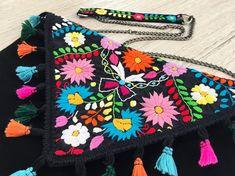 Hermosa bolsa hecha a mano,pieza única hecha en México, bordado artesanal tradicional de puebla, hecha por Pure love especialmente para ti.