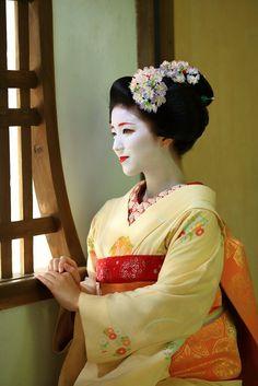 Maiko. Her name is katsuna. #japan #kyoto #geisha #maiko #kimono