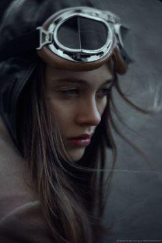 En piloto automático la ensimismada damisela, en la lente de Marta Bevacqua.