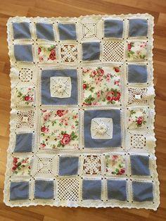 Decke aus gehäkelten Grannys und aus umhäkeltem Stoffquadraten Größe 1,00x0,80 m