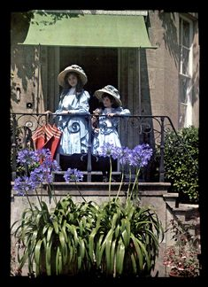 1910: An innocent Edwardian childhood in color - Janet Laing, aged around 12 (left), and her sister Iris, aged around seven.