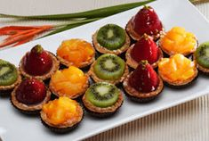 keep the cookies.i want mini fruit tartlette's. Yummy Treats, Delicious Desserts, Mini Fruit Tarts, Food Hacks, Food Tips, Sweets Recipes, Fruit Salad, Appetizers, Favorite Recipes