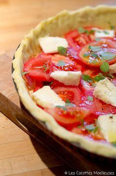 Tartes salées | Les Cocottes Moelleuses - une pâte à tarte feuilletée, 3-4 tomates en rondelles, un Saint Marcellin en petits morceaux, 2 cs moutarde, basilic, poivre, huile d'olive. Préchauffez le four à 200°. Chemisez un moule à tarte avec du beurre et de la farine, mettre la pâte feuilletée. Etalez la moutarde sur le fond de la tarte, ajoutez les rondelles de tomate et les morceaux de fromage. Assaisonnez avec quelques feuilles de basilic, du poivre et un peu d'huile d'olive. Cuire 30-40…
