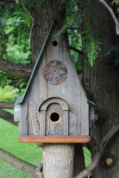 Oi! Tudo bem?   Espero que sim, e com saúde.   Para alegrar o seu dia, veja que graça essas casinhas de passarinhos, tão caprichadas e deco...