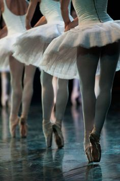 See more ideas about Ballet beautiful, Dance photography and Ballet dancers. Ballet Feet, Ballet Dancers, Ballerinas, Shall We Dance, Just Dance, Dance Photos, Dance Pictures, Street Dance, Ana Pavlova