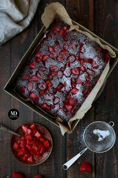 Szybkie i bez miksera czekoladowe ciasto z truskawkami. // Quick and easy chocolate strawberry cake without standing mixer. Chocolate Strawberry Cake, Cinnabon, Raspberry, Food Porn, Cooking Recipes, Baking, Mixer, Easy, Photography