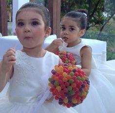 Buque de Jujuba para as daminhas White Flower Girl Dresses, Little Girl Dresses, Little Girls, Girls Dresses, January Wedding, Purple Love, Bouquet, Gifts, Dream Wedding