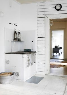 Viikon unelmakoti: käsintehtyjä kalusteita ja aitoa vanhan koulun tunnelmaa | Meillä kotona Beautiful Kitchens, Cool Kitchens, Scandinavian Cottage, Nordic Home, Building A House, School Building, Cottage Style, Home And Living, Interior Design