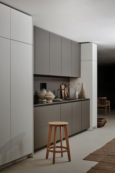 ProductFIND by Interior Design SEGMENTO Y by Poggenpohl creates a sophisticated design of matte instead of glossy kitchens, with graphic accents or a free mix or white, black and grey areas: Grey Kitchen Interior, Taupe Kitchen, Grey Kitchen Designs, Modern Kitchen Interiors, Kitchen Room Design, Grey Kitchen Cabinets, Kitchen Dinning, Modern Kitchen Design, Kitchen Ideas
