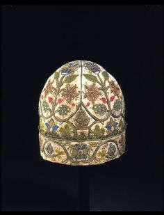 1600-1624, England - Nightcap - Linen, coloured silk and silver-gilt thread, with silver-gilt bobbin lace and spangles