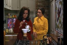 Mary and Rhoda; the perfect friendship. Mary Taylor Moore, Mary Tyler Moore Show, 60s And 70s Fashion, Fashion Tv, My Favorite Music, Favorite Tv Shows, The Girl From Uncle, There's Something About Mary, 1970s Tv Shows