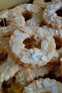 Voilà encore des petits biscuits réalisés pour mes petits cadeaux gourmands de Noël. Délicieusement croquants, ils raviront les fans d'amandes! Pour environ 1 kg de biscuits: 250 g de farine 170 g de poudre d'amandes 250 g de sucre de canne blond 2 oeufs...