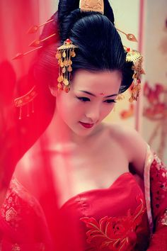 Chinese bride in a blend of Tang dynasty & modern dress--lov.- Chinese bride in a blend of Tang dynasty & modern dress–lovely! Chinese bride in a blend of Tang dynasty & modern dress–lovely! Chinese Wedding Dress Traditional, Chinese Bride, Japanese Wedding, Asian Bride, Traditional Dresses, Chinese Style, Chinese Fashion, Traditional Japanese, Asian Style