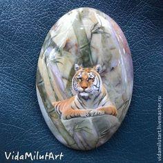 Тигр в бамбуковой роще на яшме - зеленый,рыжий,тигр,зверь,джунгли,природа