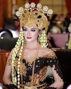 WWG kebayalamongan (@wwgkebayapengantin) • Foto dan video Instagram Kebaya Wedding, Wedding Bride, Dream Wedding, Wedding Dresses, Traditional Wedding, Traditional Outfits, Indonesian Wedding, Dress Neck Designs, Ethnic Design