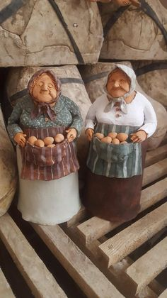 Terrific Photo paper Clay sculpture Popular Saleswoman I green Paper Mache Sculpture, Sculptures Céramiques, Art Sculpture, Pottery Sculpture, Photo Sculpture, Paper Mache Clay, Ceramic Figures, Clay Figures, Clay Projects
