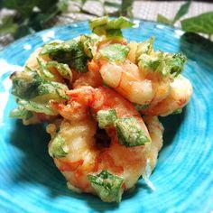 大葉は一枚で天ぷらにしてもサクサクで美味しいですが、エビと一緒にあげると彩りも鮮やかに。衣に大葉を入れるレシピなら、赤と緑のコントラストがとってもきれいに仕上がります。おそうめんや冷やしうどんの上にのせて食べても美味しそうですね。