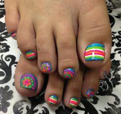Rainbow And Dots Toenail Design - easynaildesigns.o # points Couleur vivos en ciel Pretty Toe Nails, Cute Toe Nails, Hot Nails, Hair And Nails, Toenail Art Designs, Pedicure Designs, Pedicure Nail Art, Toe Nail Art, Summer Toe Nails