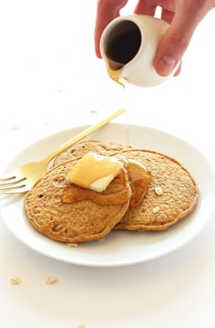Healthy Breakfast Ideas : – Image : – Description FLUFFY Whole Grain Vegan Pancakes made with spelt flour. So fluffy, delicious and just 1 bowl required -Read More – Sharing is power – Don't forget to share ! Baker Recipes, Vegan Recipes, Cooking Recipes, Vegan Pancakes, Pancakes And Waffles, Banana Pancakes, Cocina Natural, Minimalist Baker, Spelt Flour