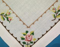 Très bien fait vintage des années 1950 à la main brodé Croix-stich rose motif fleur sur tablette lin bone blanc / nappe