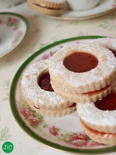 Tartlet Jam Filled Cookies Had long wanted to do this type of cookies / biscuits. The truth is that they are delicious and very easy to make. Mexican Food Recipes, Sweet Recipes, Cookie Recipes, Dessert Recipes, Beignets, Filled Cookies, Galette, Cupcake Cookies, Cookie Dough