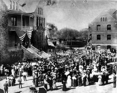 President Theodore Roosevelt addresses a crowd of students on the steps of the Old Main at Tempe Normal School (future Arizona State University) March 20 Roosevelt Dam, President Roosevelt, Theodore Roosevelt, Facts About America, Learn Spanish Online, Normal School, History Page, Arizona State University, Spain Travel