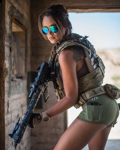 Mädchen mit Gewehren - Girls with Guns - Military Mädchen In Uniform, Hot Girls, Military Girl, Military Quotes, Female Soldier, Army Soldier, Warrior Girl, Military Women, Shooting Photo