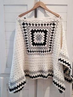 Poncho PATAGONIA ➳ Tejido al crochet. Color crudo, azul marino y gris. Crochet Poncho Patterns, Crochet Motifs, Crochet Jacket, Crochet Squares, Crochet Cardigan, Crochet Shawl, Easy Crochet, Knitting Patterns, Knit Crochet