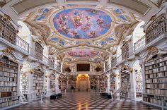 La grandiosa e bellissima biblioteca dell'Abbazia benedettina di Admont in Austria. È la più grande biblioteca monastica del mondo e fu fondata nel 1776.