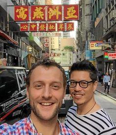 Un selfie « juste en bas de nos bureaux » informe François Hurtaud, François Hurtaud a fait une école de design à Nantes. Qui lui a donné la possibilité d'effectuer son master à l'étranger. « J'ai choisi un stage de six mois en Chine », à l'Université de Shangaï, pour un Master Cross culturel design.en compagnie de son associé Kuan Teo.