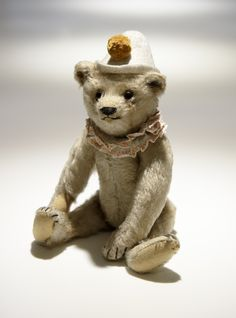 Steiff teddy clown bear 1928. Brown tipped mohair. Underscored F button in ear.