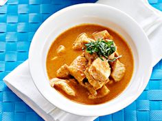 Broileri-maapähkinäkastike Thai Red Curry, Tasty, Cooking, Ethnic Recipes, Koti, Coffee, Cuisine, Coffee Cafe, Kitchen